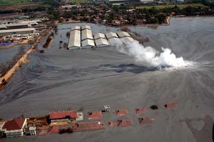 Perusahan lingkungan karena eksploitasi yang menyebabkan semburan lumpur yang membuat jutaan manusia menderita.