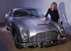 Aktris Swedia, Britt Ekland, berpose di depan mobil James Bond, Aston Martin DB5, yang digunakan dalam film Goldfinger. Foto APAlastair Grant.