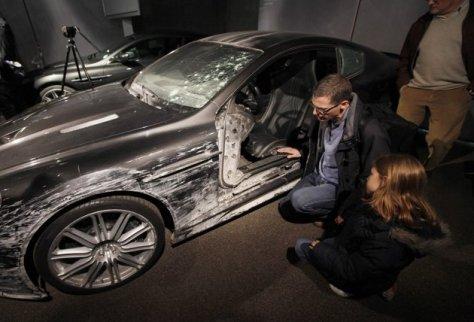 Aston Martin DB5 yang rusak, ini digunakan James Bond dalam film Quantum of Solace. Foto ReutersSuzanne Plunkett.