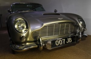 Mobil Aston Martin DB5 ini digunakan James Bond dalam film Goldfinger. Foto ReutersSuzanne Plunkett.