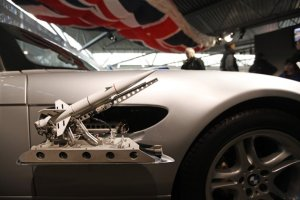 Mobil BMW Z8 yang digunakan James Bond dalam film The World Is Not Enough