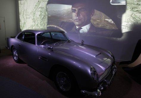 Potongan film menunjukkan wajah Sean Connery yang berperan sebagai James Bond saat mengendarai Aston Martin DB5 pada film Goldfinger. Foto AP - Alastair Grant.